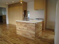 CASAの施工実績「床と繋がる2列型キッチン」